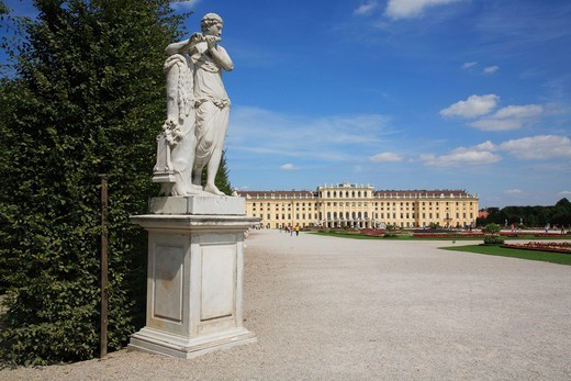 Stock Photo: 4292R-150664 Austria, Vienna, Schonbrunn Palace and statue
