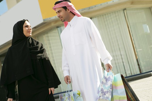Stock Photo: 4304R-3272 Arab Couple with a shopping bag
