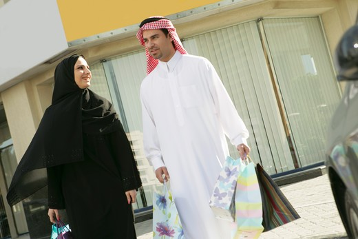 Stock Photo: 4304R-3379 Arab Couple with a shopping bag