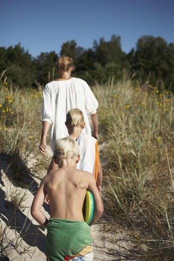 Stock Photo: 4306R-20047 A family leaving the beach, Gotland, Sweden.
