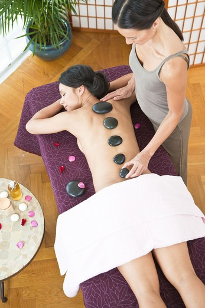 Woman having lastone therapy at health spa : Stock Photo