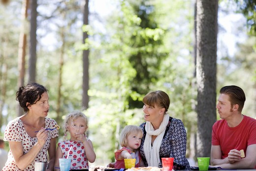 Stock Photo: 4306R-26276 Family having picnic at zoo