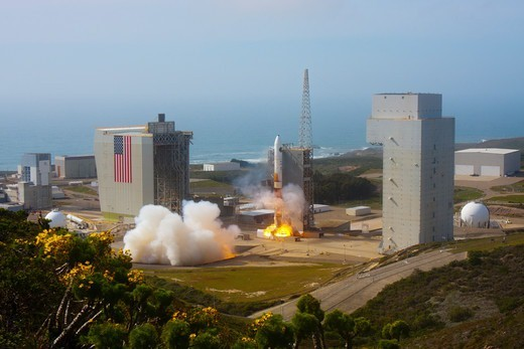 Delta IV Launches NRO L-25 : Stock Photo
