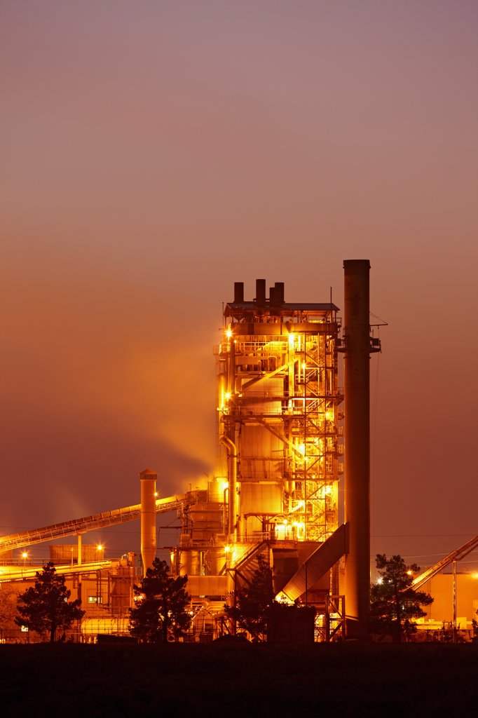 Dusk view of a cement factory in Woodland, California. : Stock Photo