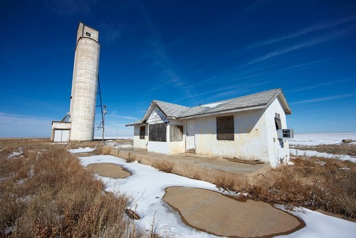 Abandoned grain silo and scale house, Vega, Oldham County, Texas, USA : Stock Photo