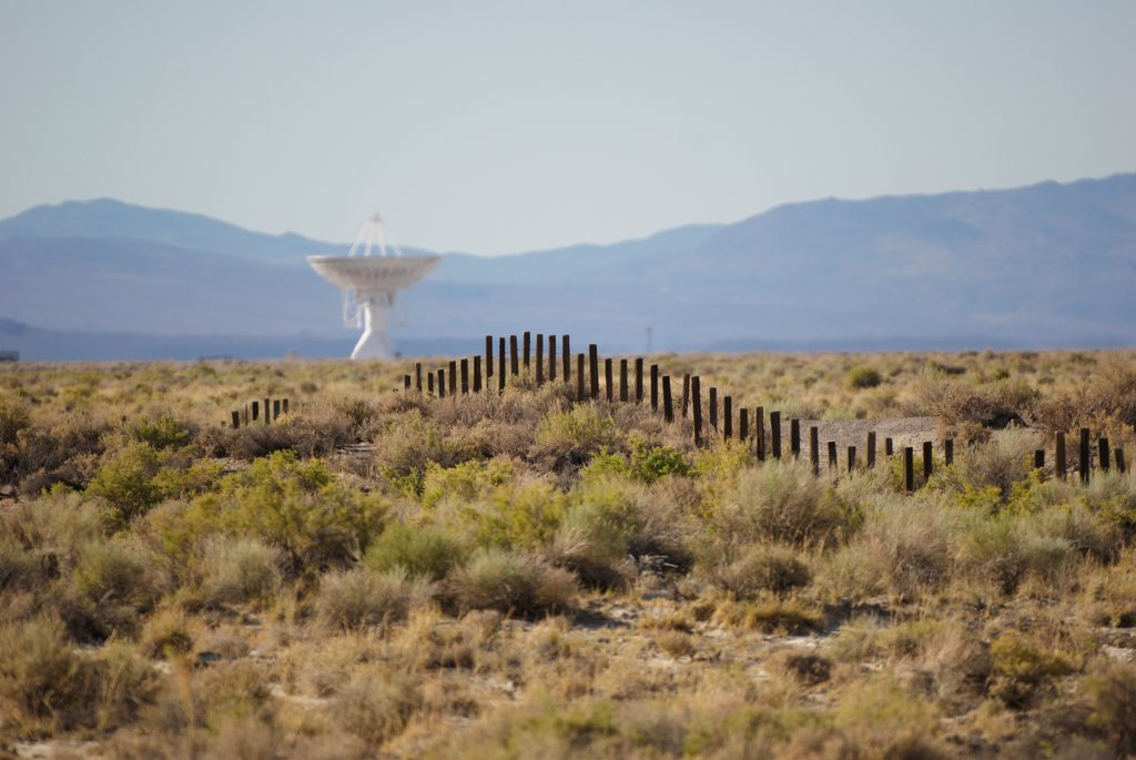Radio telescope of the Owens Valley Radio Observatory, Owens Valley, Big Pine, California, USA : Stock Photo