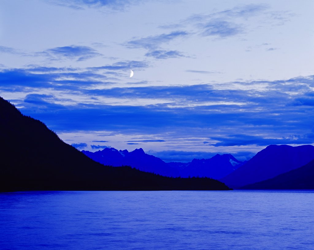 Stock Photo: 4332-3839 Canada, Yukon Territory, Moon over Lake Bennett, view from Carcross