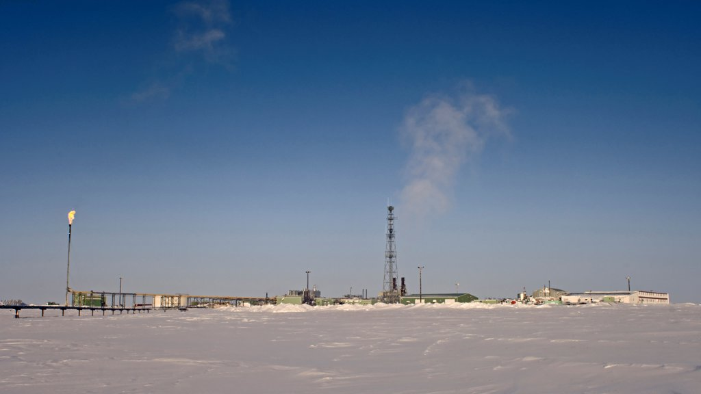 Stock Photo: 4340-715 Oil and Gas Facility on Eastern Prudhoe Bay