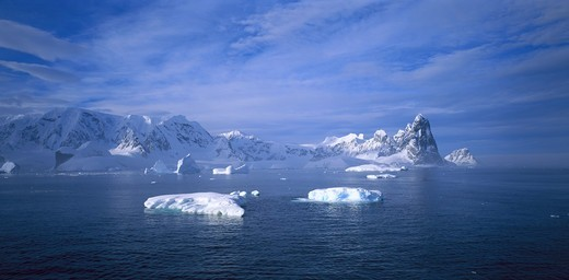 Stock Photo: 4401R-7588 Ice in the water whit mountains in the background