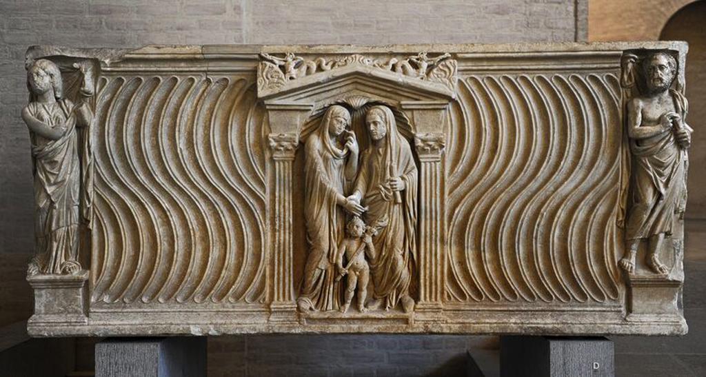 Stock Photo: 4409-107076 ARTE ROMANO. Sarcófago de una pareja casada. Alrededor de 240 d. C. Los esposos dándose la mano. En las esquinas, el marido representado como orador. La mujer como musa. Glytothek. Munich. Alemania. Europa.