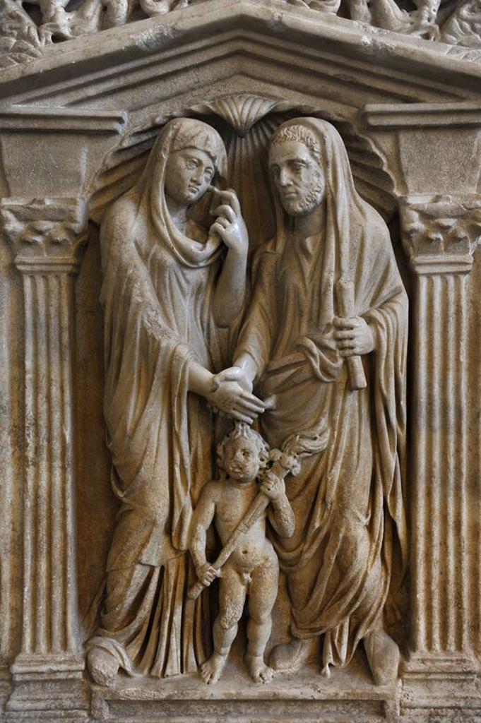 Stock Photo: 4409-107077 ARTE ROMANO. Sarcófago de una pareja casada. Alrededor de 240 d. C. Los esposos dándose la mano. En las esquinas, el marido representado como orador. La mujer como musa. Glytothek. Munich. Alemania. Europa.