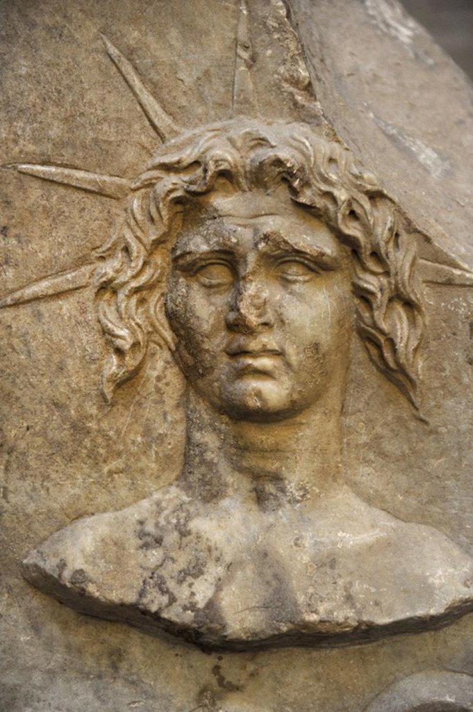 ARTE ROMANO. Altar del sol, el dios sol. La inscripción da una fecha (87 AD) y el nombre de dedicante, el esclavo Euporianus Abascantus. Glyptothek. Munich. Alemania. Europa. : Stock Photo