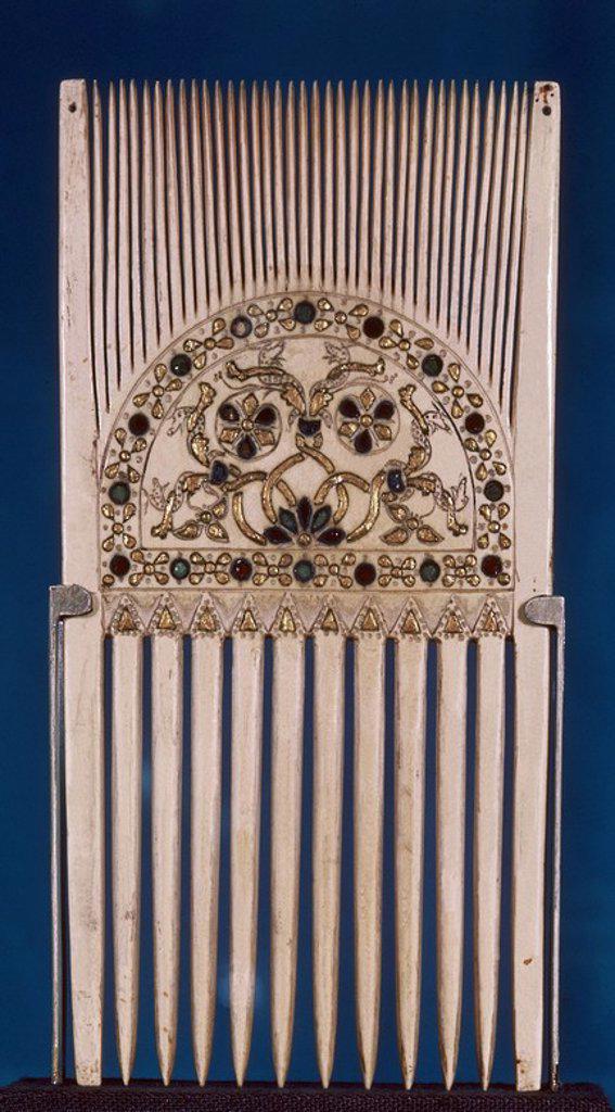 Stock Photo: 4409-10904 PEINE CON INCRUSTACIONES DE ORO - EBORARIO LITURGIAL BIZANTINO DE MARFIL - SIGLO IX. Location: VICTORIA AND ALBERT MUSEUM, LONDON, ENGLAND.