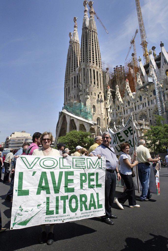 Stock Photo: 4409-1783 09.06.2007 Manifestación vecinos del Barrio de la Sagrada Família por el paso del AVE por debajo de sus viviendas. Barcelona.