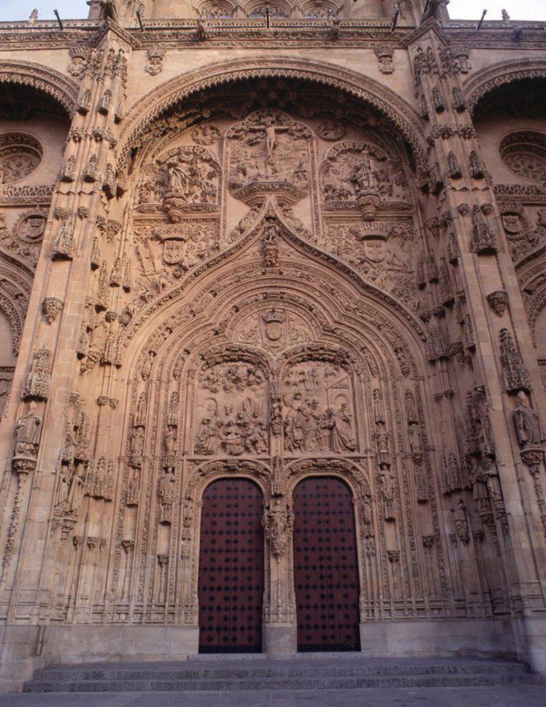 Stock Photo: 4409-1984 Catedral Nueva, Salamanca, provincia de España. Iniciada en el año 1513 y finalizada en el 1733. Gótico final. La imagen muestra la fachada principal de la catedral.