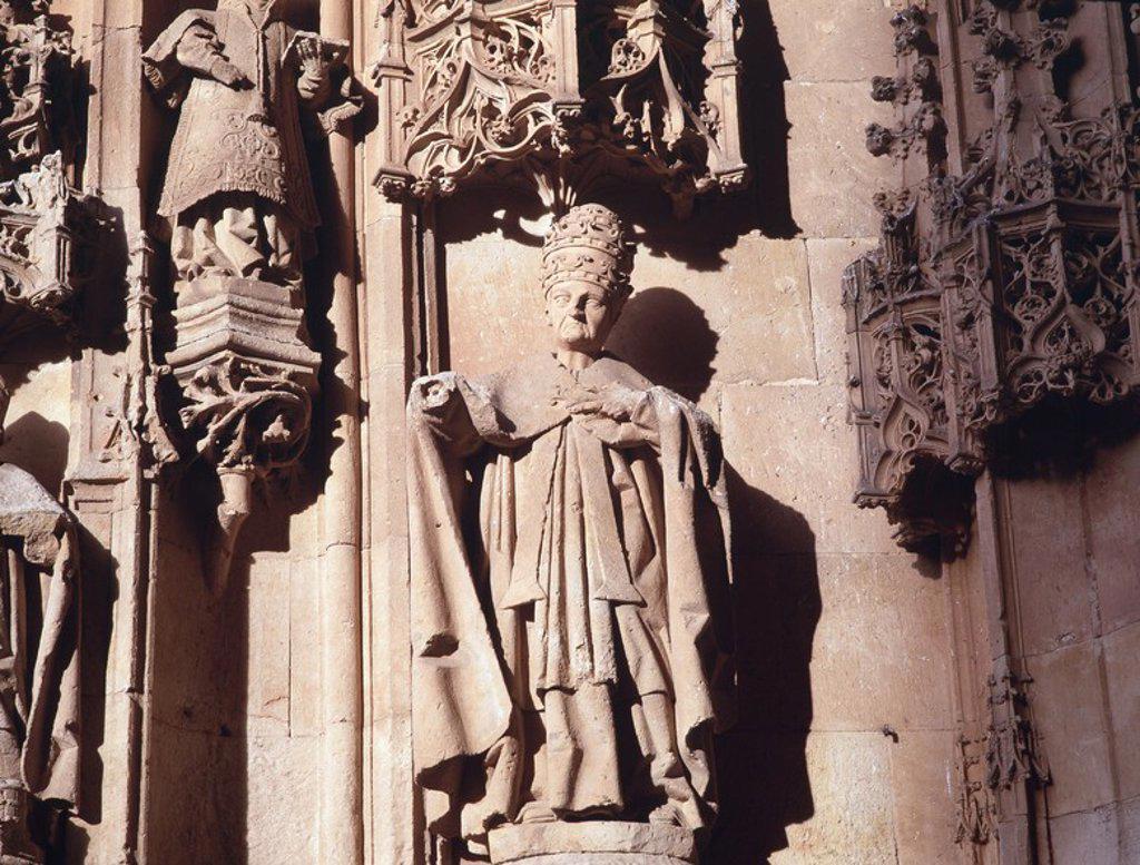 Stock Photo: 4409-1986 Catedral Nueva, Salamanca, provincia de España. Iniciada en el año 1513 y finalizada en el 1733. Gótico final. Detalle del arco lateral de la fachada principal (obispo).