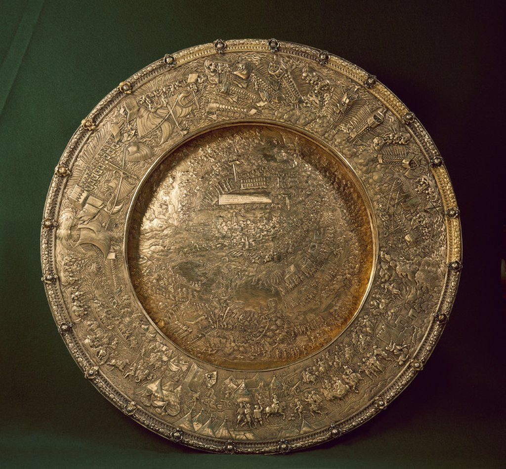 Stock Photo: 4409-23621 PLATO QUE REPRODUCE LA CONQUISTA DE TUNEZ POR EL EMPERADOR CARLOS V EN 1535 - PLATA DORADA - SIGLO XVI. Location: MUSEO DEL LOUVRE-ORFEBRERIA, PARIS, FRANCE.