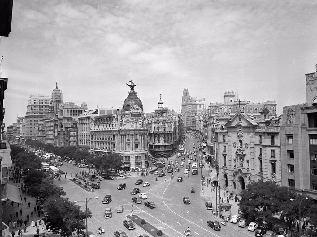 Stock Photo: 4409-24655 FOTOGRAFIA EN BLANCO Y NEGRO DE LOS AÑOS 50 DE LA CALLE ALCALA Y CALLE GRAN VIA. Location: EDIFICIO METROPOLIS, SPAIN.