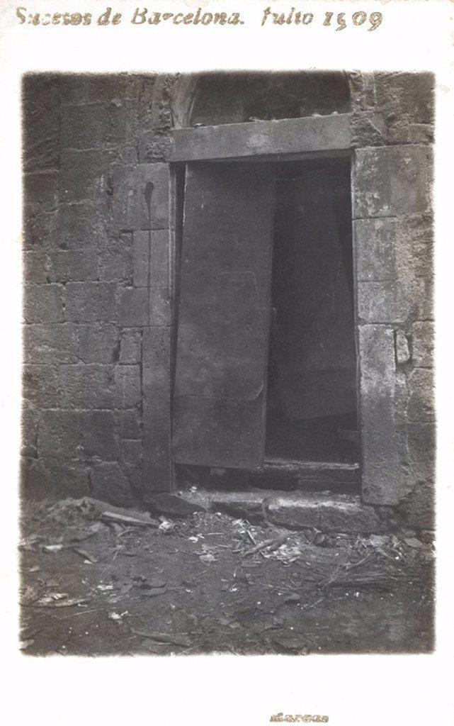 Stock Photo: 4409-33450 Puerta de una iglesia destrozada durante los sucesos de la Semana trágica de Barcelona. Julio de 1909.