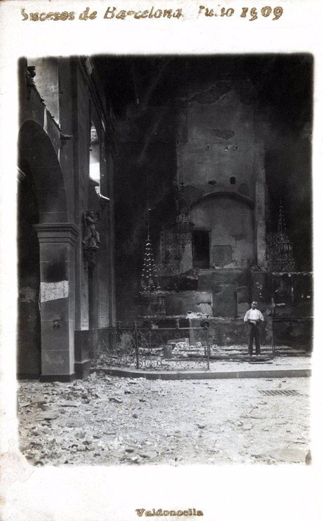 Interior de la iglesia de la calle Valldoncella, quemada y destruida durante los sucesos de la Semana trágica de Barcelona, julio de 1909. : Stock Photo