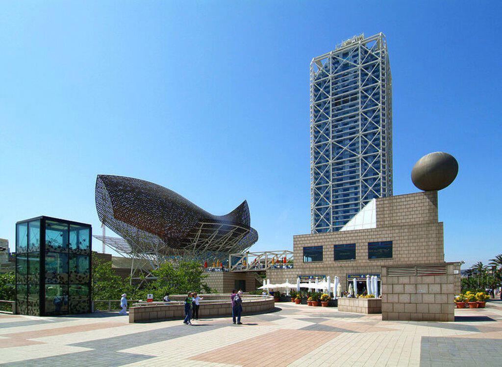 """Stock Photo: 4409-34746 CATALUÑA. BARCELONA. Vista de la escultura """"PEZ"""" (1992), obra del arquitecto norteamericano de origen canadiense Frank GEHRY. Detrás, el """"HOTEL ARTS""""."""