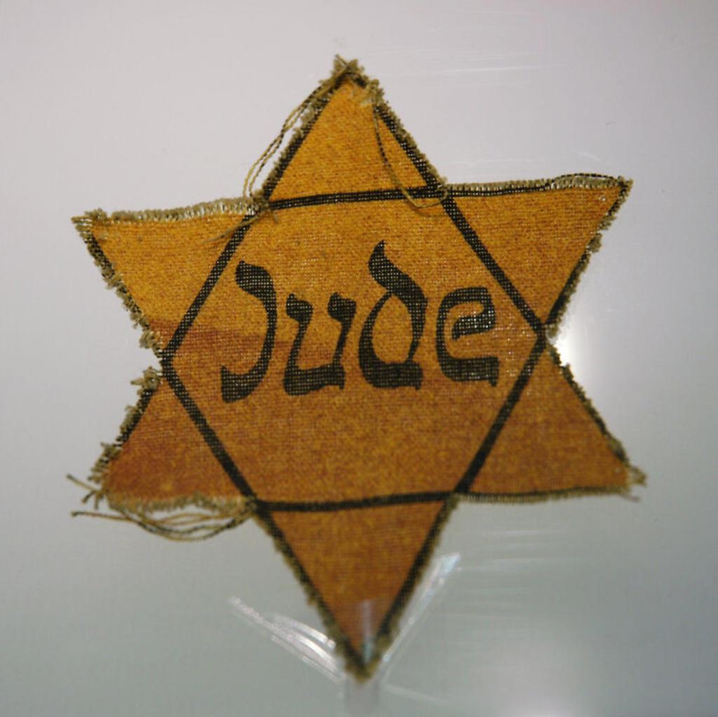 """Stock Photo: 4409-34907 ESTRELLA con la palabra """"JUDE"""" (judío) que llevaban los prisioneros en el CAMPO DE CONCENTRACION DE SACHSENHAUSEN. S. XX. Museo del Campo de Concentración de Sachsenhausen. Cercanías de Oranienburg, Brandenburgo. Alemania."""
