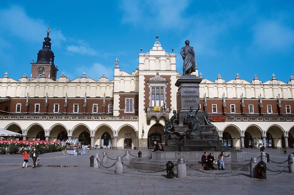 Poland. Krakow.  Central Market Square (16th century) with the building Cloth Market, built between 1391 and 1393 in Gothic style and renovated between 1557 and 1559 in Renaissance style by GM Padovano. In the center, the statue of poet Adam Mickiewicz (1798-1855) by Teodor RYGIER 1898. : Stock Photo