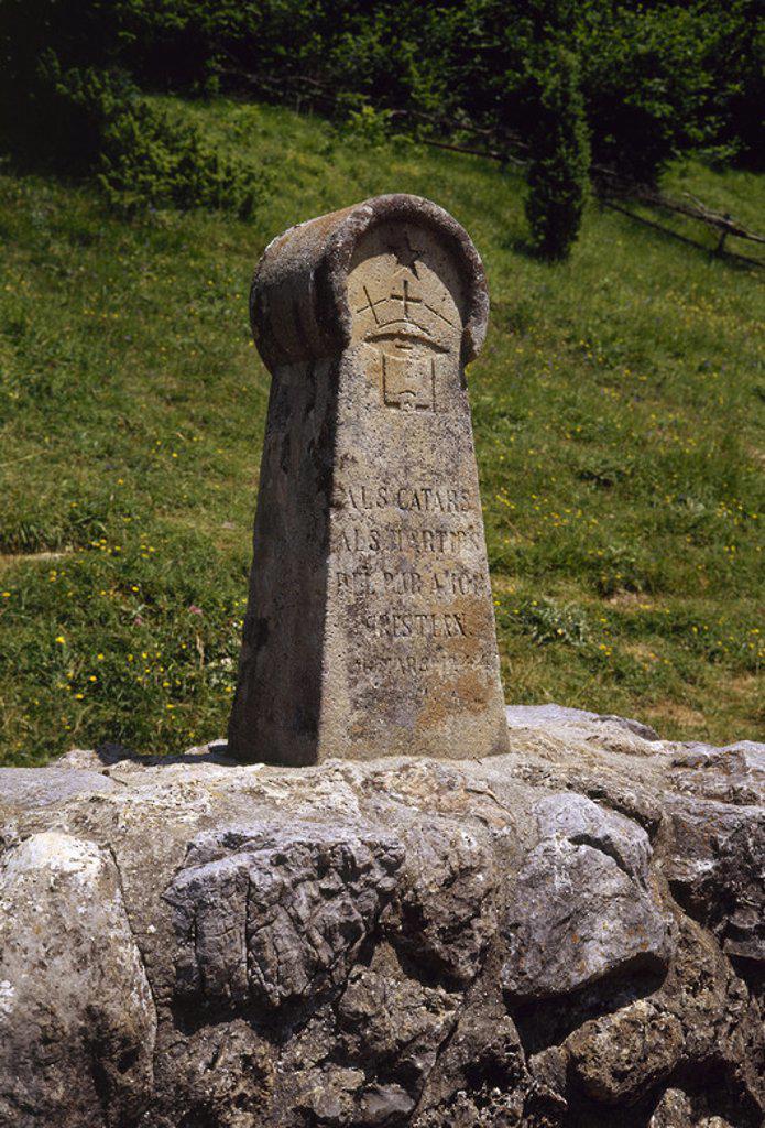 """Stock Photo: 4409-36056 FRANCIA. Estela conmemorativa en recuerdo de los 205 cátaros que fueron quemados como herejes en el s. XIII, tras la cruzada iniciada por el Papa Inocencio III. """"A LOS CATAROS, A LOS MARTIRES DEL PURO AMOR CRISTIANO, 16 DE MARZO DE 1244"""". Reproducción estela medieval levantada en 1960 en el PRADO DE LOS QUEMADOS. MONTSEGUR. (RUTA CATARA) ."""