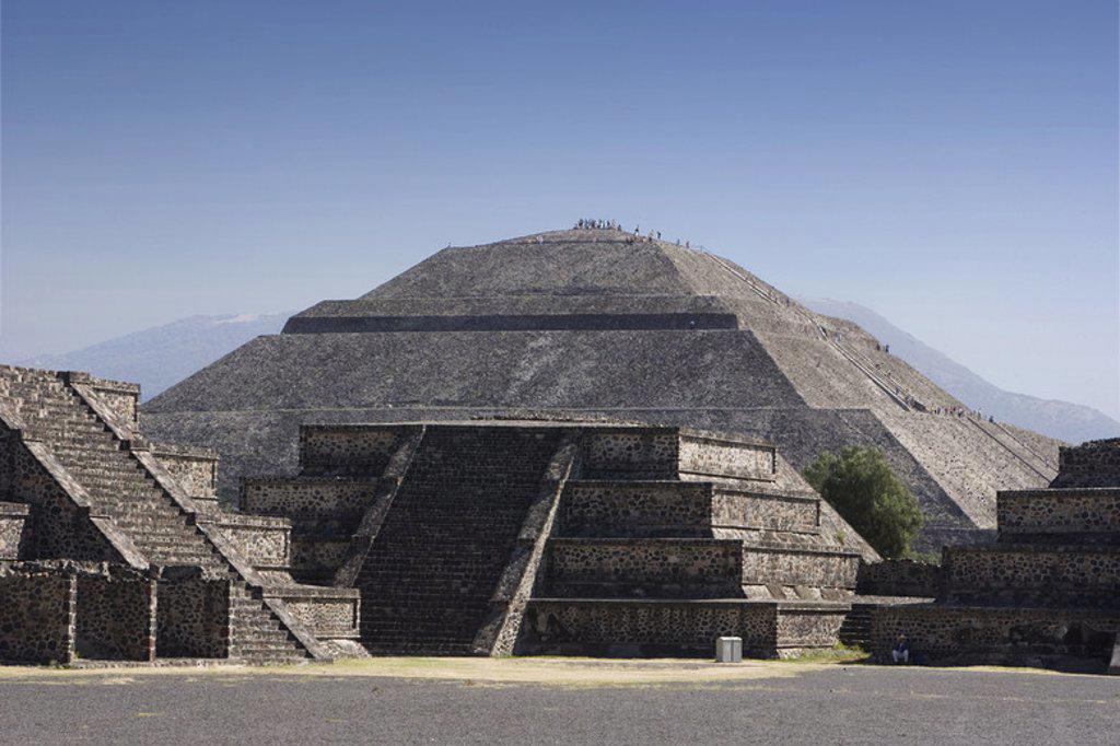 Stock Photo: 4409-36625 ARTE PRECOLOMBINO. MEXICO. SITIO ARQUEOLOGICO DE TEOTIHUACAN. Vista de la PIRAMIDE DEL SOL. Declarado Patrimonio de la Humanidad por la UNESCO.