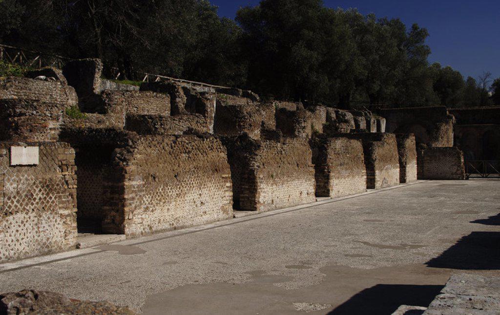 ARTE ROMANO. ITALIA. VILLA ADRIANA. Villa imperial construída en el siglo II por orden del emperador Adriano (76-138). Vista parcial del HOSPITALIA, lugar de alojamiento para los huéspedes. Cercanías de Tívoli. : Stock Photo