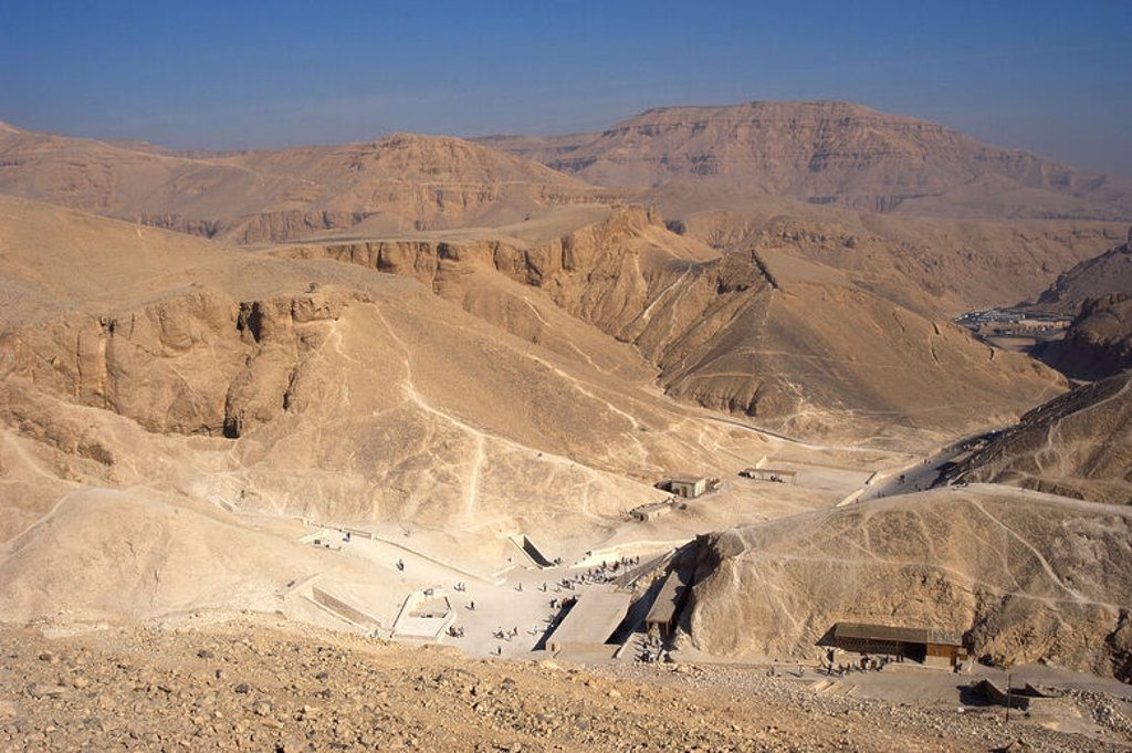 EGYPT. VALLEY OF THE KINGS. Overview of the mountain chain that stretches behind Deir el-Bahari.  In the rock walls are carved the tombs of the pharaohs of the New Kingdom. All of these are hypogea. Theban necropolis. : Stock Photo
