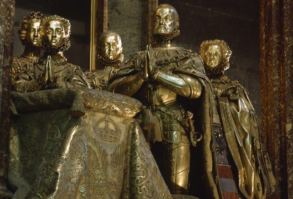 Stock Photo: 4409-37035 FELIPE II (Valladolid, 1527-El Escorial, 1598). Rey de España (1556-98), hijo de Carlos I y de la emperatriz Isabel. Detalle de las ESCULTURAS DE BRONCE de Felipe II y su familia realizadas por Pompeo LEONI, pertenecientes al CENOTAFIO DE FELIPE II. Está situado en la Capilla Mayor de la Basílica del Monasterio de San Lorenzo el Real. EL ESCORIAL. Comunidad de Madrid. España.