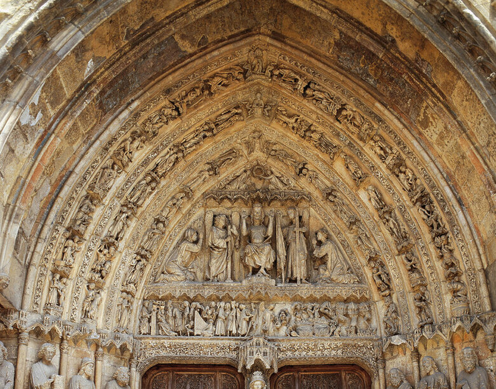 Gothic art. Cathedral of Santa Maria de Regla. Tympanum of the central portico in the main facade. Christ the Judge between angels with the attributes of the Passion. In the lower frieze: angels with the scales of justice with the condemned to hell (right) and blessed (left). Leon. Spain. : Stock Photo