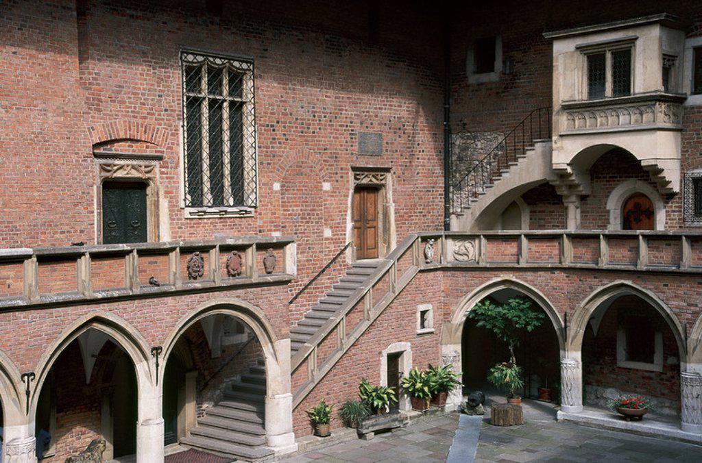 Stock Photo: 4409-38363 COLLEGIUM MAIUS. Centro de la Universidad Jagellón construído por el maestro Johann entre 1492 y 1497. Vista parcial del PATIO, con arquerías góticas. CRACOVIA. Polonia.