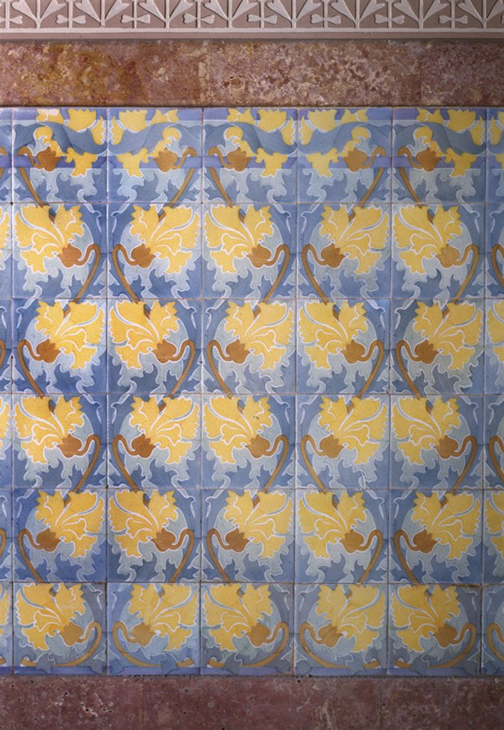 ARTE S. XX. MODERNISMO. DOMENECH I MONTANER, Lluís (1850-1923). ZOCALO de pared hecho con baldosas y cerámica esmaltada del segundo piso de la CASA LLEO MORERA (1902-1906). Barcelona. Cataluña. : Stock Photo