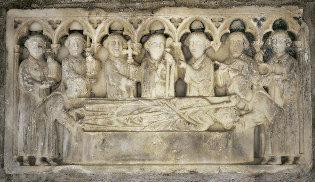 Stock Photo: 4409-38779 ARTE GOTICO. FRANCIA. PIEDRA SEPULCRAL del s. XIV decorada con RELIEVES que representan los CORTEJOS FUNEBRES del abad del Monasterio de Sant Martí, ARNAU DEL CORBIAC (1303-1314). Situada en el pilar del CLAUSTRO DEL MONASTERIO DE SANT MARTI DEL CANIGÓ. Pirineos Orientales. Rosellón.