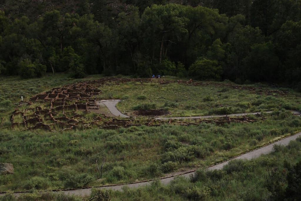 Stock Photo: 4409-38888 ARTE PREHISTORICO. NEOLITICO. AMERICA. INDIOS PUEBLO. MONUMENTO NACIONAL BANDELIER (BANDELIER NATIONAL MONUMENT). TYUONYI. Uno de los asentamientos de indios Pueblo en el Cañón de los Frijoles. Estado de Nuevo México. Estados Unidos.
