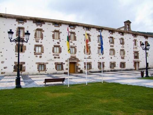 AYUNTAMIENTO DE EZCARAY. Exterior. La Rioja. España. : Stock Photo