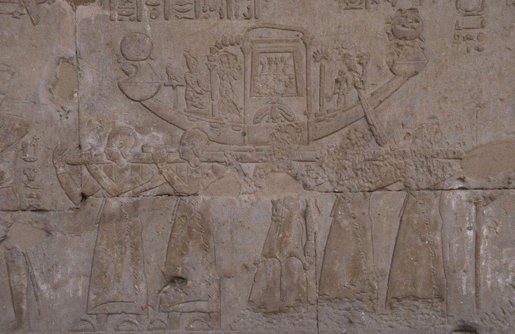 Stock Photo: 4409-40021 ARTE EGIPCIO. EGIPTO. TEMPLO DE HORUS. Iniciado en el 237 a. C. por Ptolomeo III Evérgetes I, durante la dinastía Láguida o Ptolemaica. Relieves del primer patio, con la representación del transporte a hombros de una BARCA SAGRADA. EDFU. Norte de Africa.