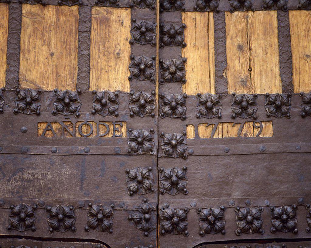 Stock Photo: 4409-40470 ARTE SIGLO XVIII. ESPAÑA. IGLESIA DE NUESTRA SEÑORA DE LA ASUNCION. Construida entre los siglos XV y XVI en estilo gótico tardío con elementos renacentistas y barrocos. Detalle de la DECORACION con hierro forjado de la puerta norte. COLMENAR VIEJO. Comunidad de Madrid.