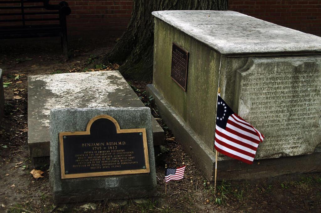 """Stock Photo: 4409-41040 BENJAMIN RUSH (1745-1813). Médico estadounidense, uno de los Padres Fundadores de los Estados Unidos. Firmó la Declaración de Independencia. Tumba de Rush en el cementerio """"Christ Church Burial Ground"""", situado en la zona antigua de la ciudad. Filadelfia (Philadelphia). Estado de Pensilvania. Estados Unidos."""