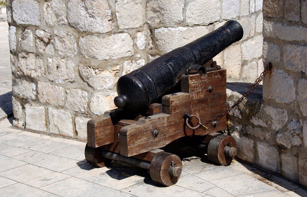 Stock Photo: 4409-41400 Cannon on the wall. Dubrovnik. Croatia.