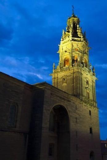 LA RIOJA. HARO. Vista nocturna de la IGLESIA PARROQUIAL DE SANTO TOMAS APOSTOL (ss. XVI y XVIII). España. : Stock Photo