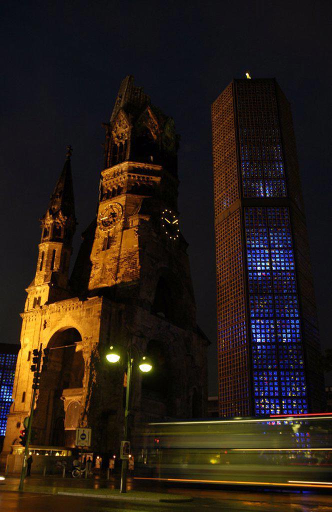 Stock Photo: 4409-41558 ALEMANIA. BERLIN. KAISER WILHELM GEDACHTNISKIRCHE (IGLESIA MEMORIAL DEL KAISER GUILLERMO) (1891-1895). S. XIX. Construída por el arquitecto alemán Franz Heinrich Schwechten (1841-1924). Fue bombardeada durante la II Guerra Mundial; actualmente se conserva la torre en ruinas rodeada por edificios erigidos entre 1951 y 1961. Vista nocturna.