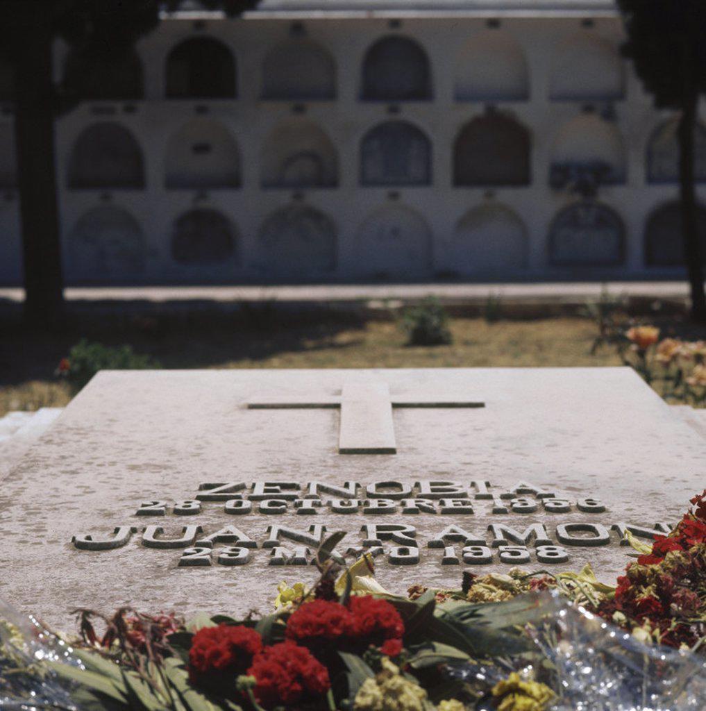 """JIMENEZ, Juan Ramón (Moguer, 1881-San Juan de Puerto Rico,1958). Poeta español. Autor de """"Arias tristes"""" (1903), """"Jardines lejanos"""" (1904), """"Elegías"""" (1908-10), y la célebre novela """"Platero y yo"""" (1914). Premio Nobel de Literatura en 1956. TUMBA del escritor y de su esposa ZENOBIA en el cementerio de la localidad. MOGUER. Provincia Huelva. Andalucía. España. : Stock Photo"""