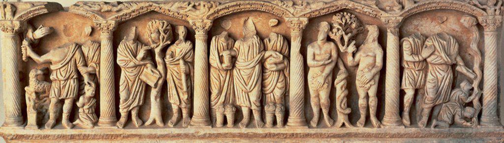 ARTE PALEOCRISTIANO. ESPAÑA. SARCOFAGO decorado con escenas del VIEJO Y NUEVO TESTAMENTO. De derecha a izquierda: 'SACRIFICIO DE ISAAC', 'JESUS HABLANDO CON ZAQUEO SUBIDO A LA HIGUERA', 'MULTIPLICACION DE LOS PANES Y LOS PECES', 'ADAN Y EVA' y 'LA FUENTE BROTANDO EN EL DESIERTO'. Museo Arqueológico de Córdoba. Andalucía. : Stock Photo