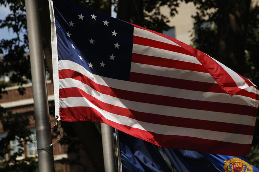 Stock Photo: 4409-42955 PRIMERA BANDERA DE LOS ESTADOS UNIDOS, con trece estrellas y trece barras, símbolo de las trece colonias que firmaron la Declaración de Independencia en 1776. S. XVIII. Filadelfia (Philadelphia). Estado de Pensilvania. Estados Unidos.