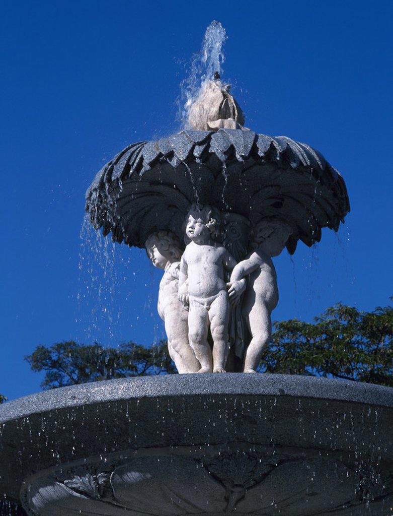 Stock Photo: 4409-42970 ARTE S. XVIII. ESPAÑA. FUENTE DE LA ALCACHOFA. Situada en el PARQUE DE EL RETIRO, fue diseñada por Ventura RODRIGUEZ en el año 1781 y decorada con esculturas de Alfonso VERGAZ y Antonio PRIMO (autor de la alcachofa y los amorcillos). Vista parcial. MADRID.