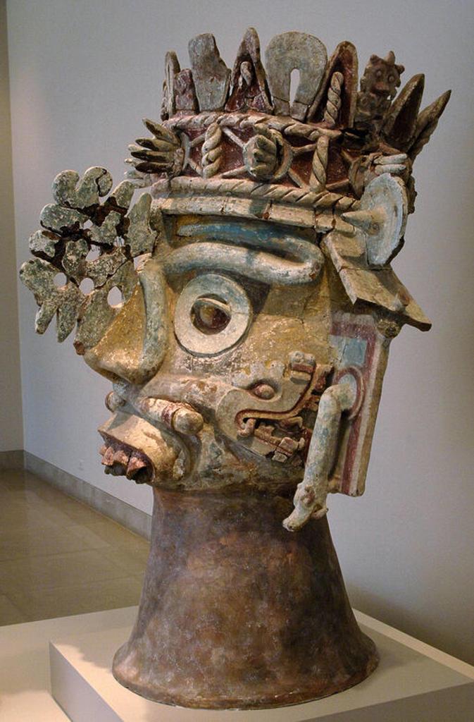 Stock Photo: 4409-43202 ARTE PRECOLOMBINO. CULTURA MIXTECA. MEXICO. CABEZA DEL DIOS DE LA LLUVIA TLALOC. Teotitlan del Camino (Estado de Oaxaca). Periodo Postclásico (1300-1500). Museo de Arte de Dallas (Dallas Museum of Art). Estado de Texas. Estados Unidos.