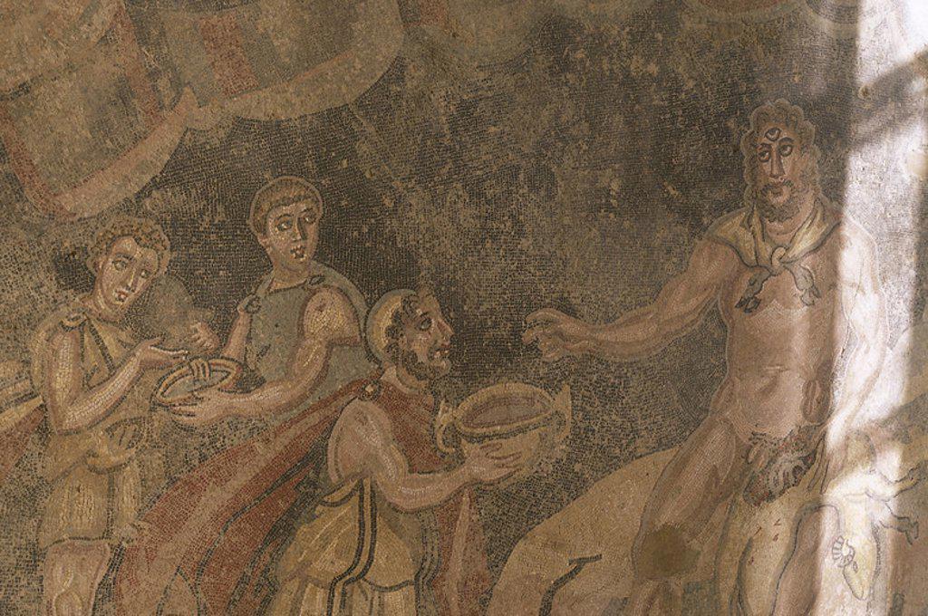 """LA ODISEA: """"ULISES Y SUS COMPAÑEROS DANDO DE BEBER AL CICLOPE POLIFEMO, PARA DESPUES BORRACHO, CEGARLE CON UN TRONCO"""". Mosaico romano. Villa Armerina. Sicilia. Italia. : Stock Photo"""